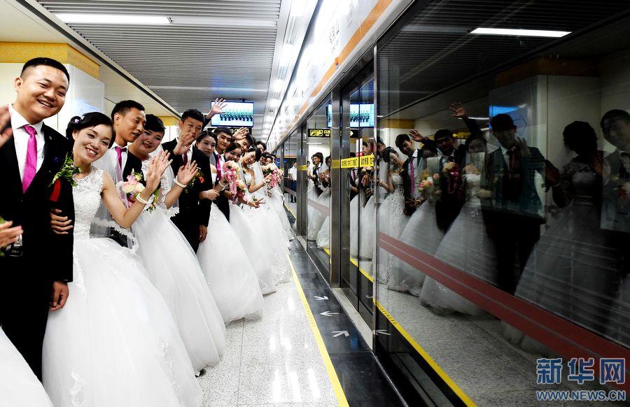 地铁 郑州/8月9日,新人们在地铁站等候试乘即将开通运营的郑州地铁2号线...