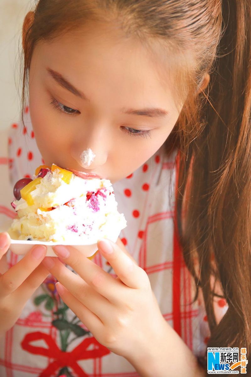 林允少女写真首曝光 吃蛋糕俏皮可爱清新甜美