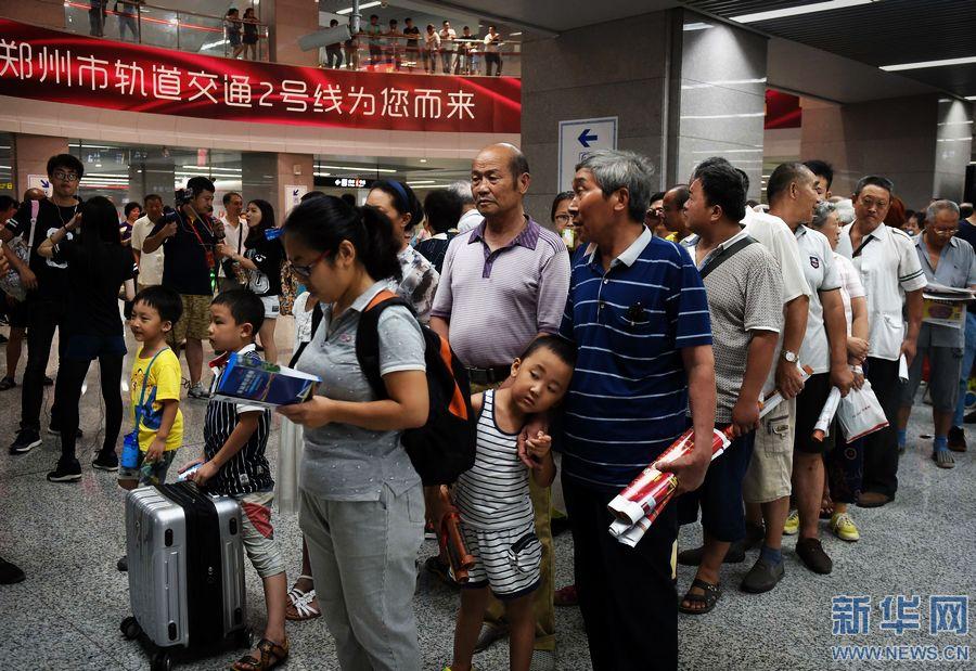 地铁 郑州/8月19日,郑州市民进站乘坐地铁2号线。