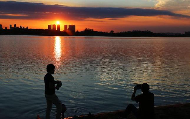 醉美夕阳湖面景