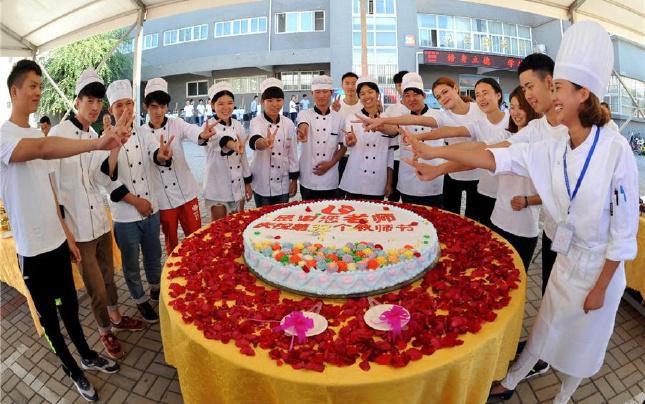 郑州商业技师学院:感恩教师节,学生送祝福
