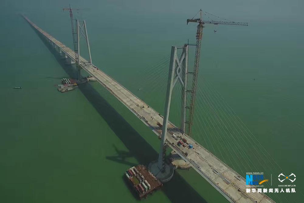 航拍:港珠澳大桥主体桥面今日全线贯通
