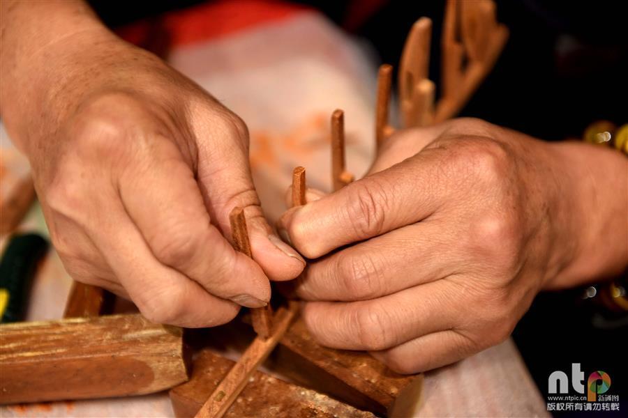 古法木制品的讲述:手工微缩农具传承古老农耕文化
