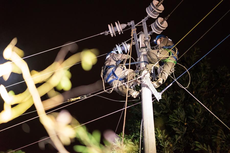 防城港供电局全力抗击台风及时抢修复电
