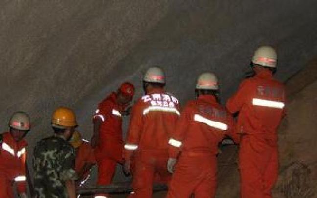 大临铁路隧道冒顶事故救援有序展开
