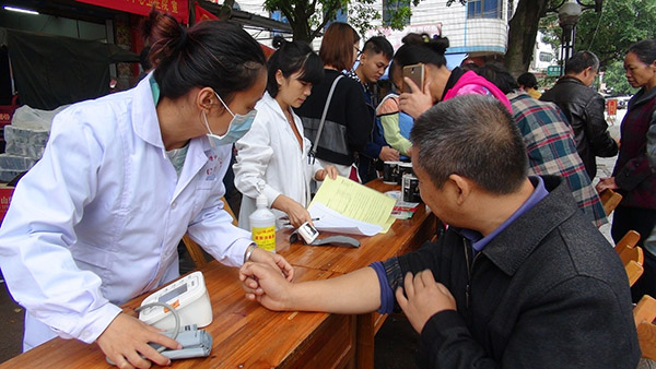 柳北区开展义诊集中宣传活动