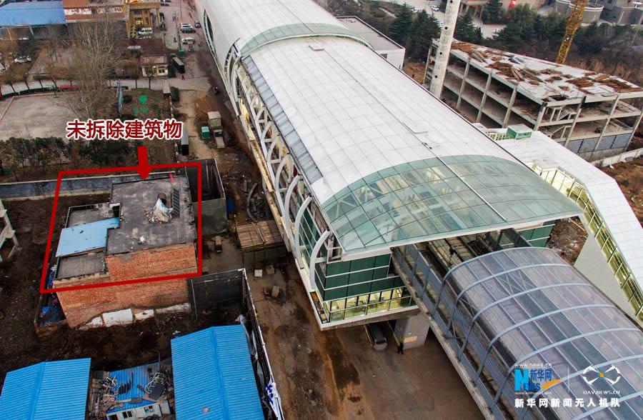 郑州 地铁/据当地媒体报道,郑州地铁2号线南延线龙湖镇小乔站北侧的一幢...