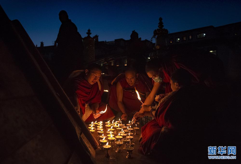 甘丹寺僧人在燃灯日点酥油灯