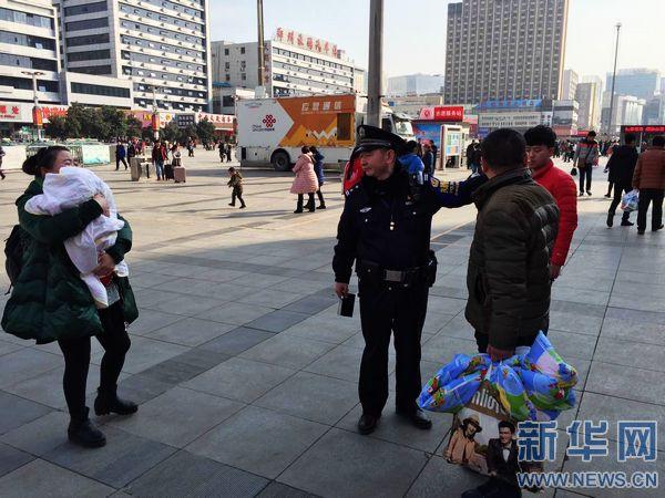 """【网络媒体走转改】铁警""""老崔""""的春运进行时"""