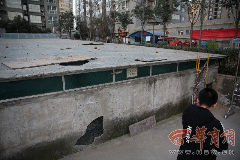 百花海港一雨棚爬男童家园捡球从4米高棚顶摔地库游泳馆图片