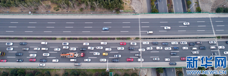 安徽合肥:高速返程车流密集
