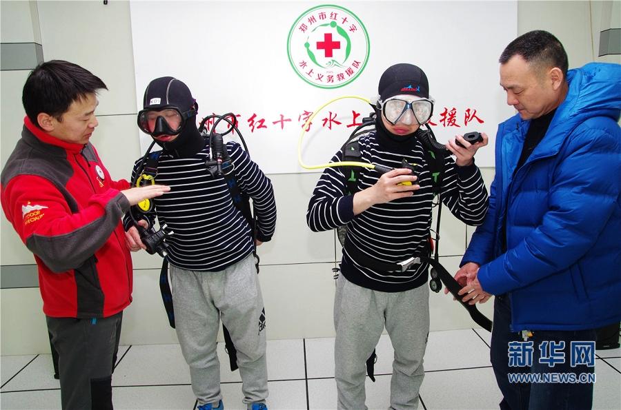 【网络媒体走转改】带着盲人学潜水