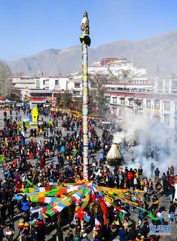 拉萨大昭寺换经幡迎藏历新年