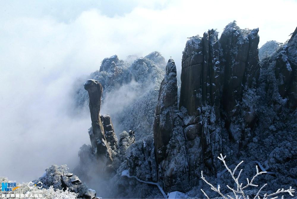 2月9日,江西省上饶市三清山迎来新春第一场雪,雪后景区银装素裹,分外妖绕,美不胜收。明媚的阳光下,雪松、雾凇、冰凌银装素裹、晶莹剔透,三清山宛如童话世界。新华网发