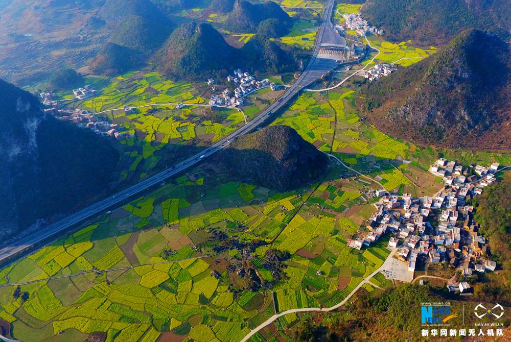 图为2月12日航拍的横穿花海的兰海高速公路黔桂交界路段。新华网发 高东风摄