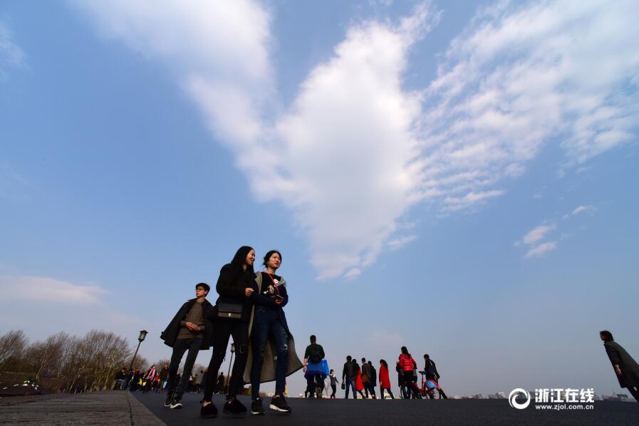 杭州:雨后放晴 看蓝天下的断桥