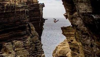 艺高人胆大60米高峡谷间走绳索