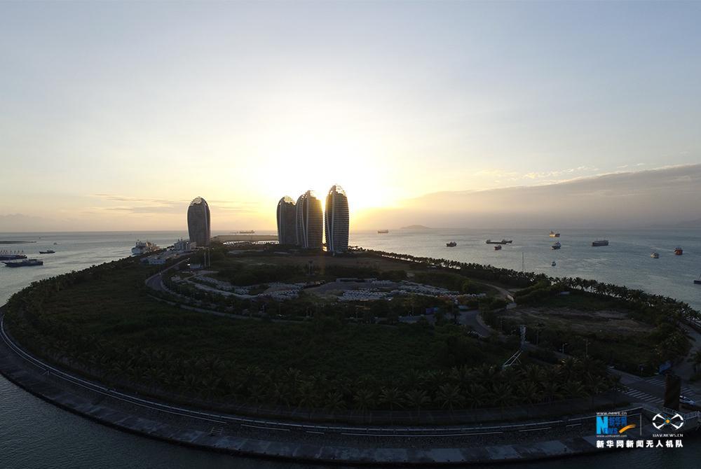 图为三亚市的凤凰岛二期工程也已现雏形.