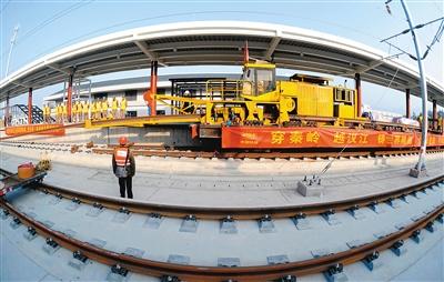 西成高铁铺通 西安至成都将形成3小时经济圈