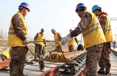 西成高铁陕西段完成铺轨 计划年内通车运营