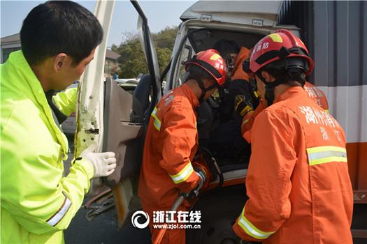 路上随意掉头酿事故 安吉两货车碰撞 一人受伤被困