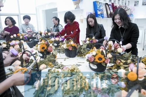 """昨天""""女神节"""" 郑州的康乃馨和玫瑰卖断了货"""