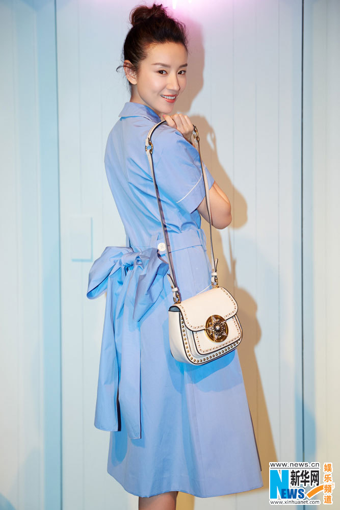 董洁蓝色连衣裙现身 静谧优雅分外迷人