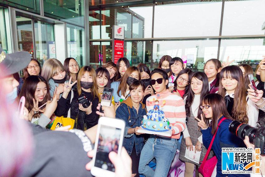 井柏然机场获粉丝惊喜庆生 双手合十致谢
