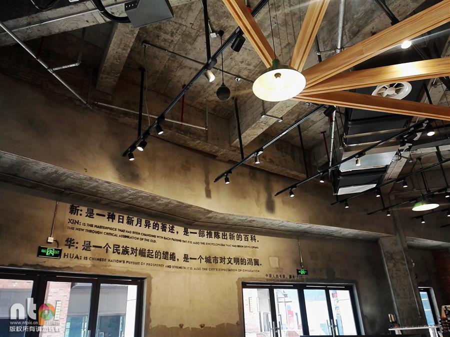 """蚌埠现""""网红""""书店 铁轨穿行书架老物件随处见"""