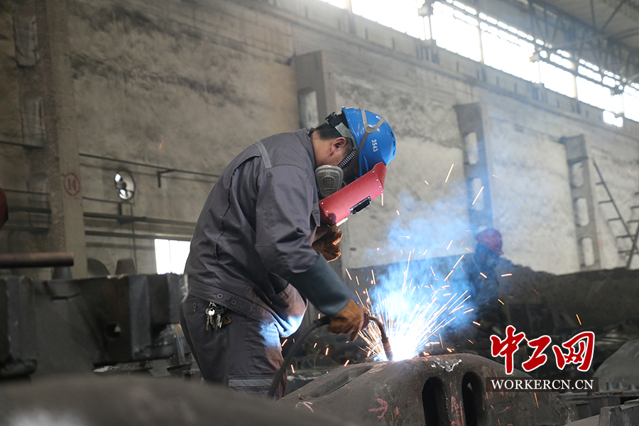 大国工匠江小山:精度达到头发直径一半的焊接大师