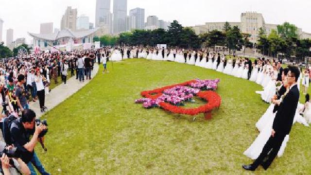 45对东大校友 回母校办起校园草坪婚礼