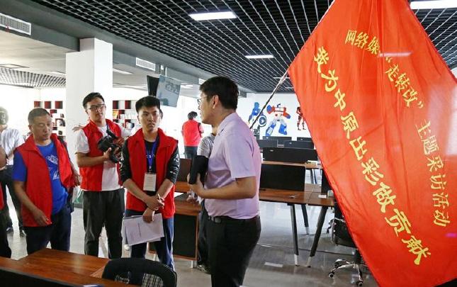 记者采访王家辉