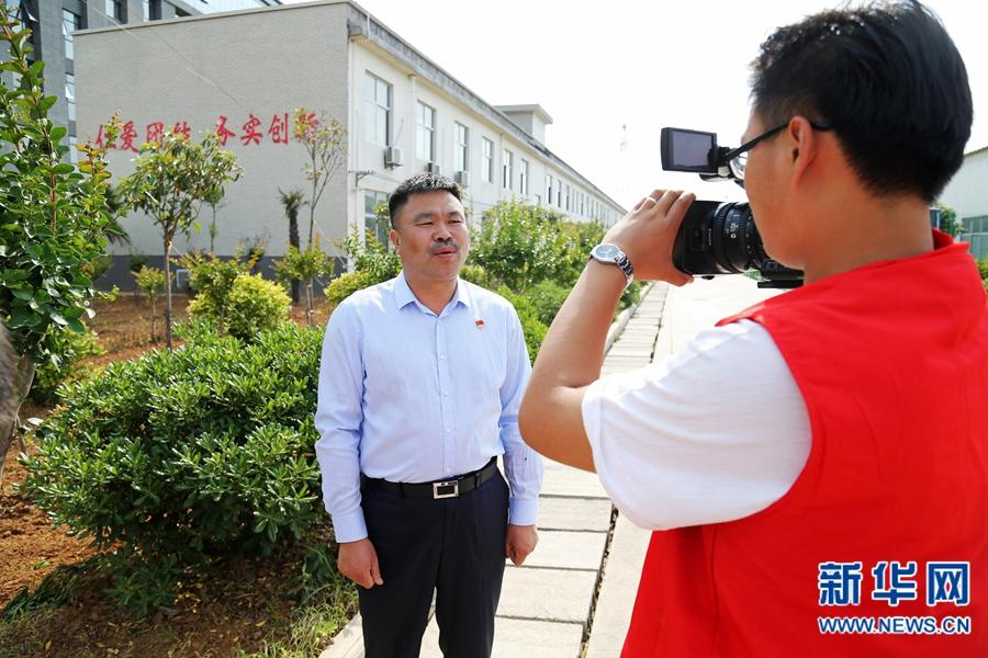记者采访王铁柱