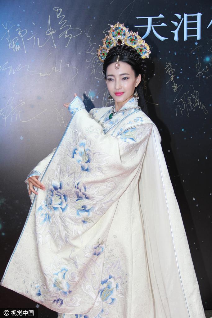 王丽坤白色花朵刺绣古装长袍 清纯典雅仙气十足