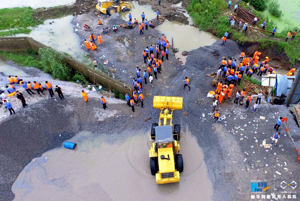 龙8国际网航拍:江苏溧阳茶亭河堤溃口封堵现场