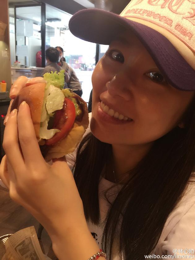 林心如晒素颜近照 大口吃汉堡薯条超满足(图)