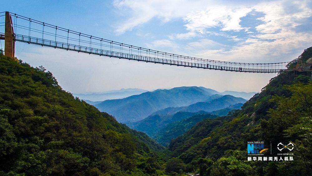 河南方城高空玻璃索桥开放,你敢走吗?