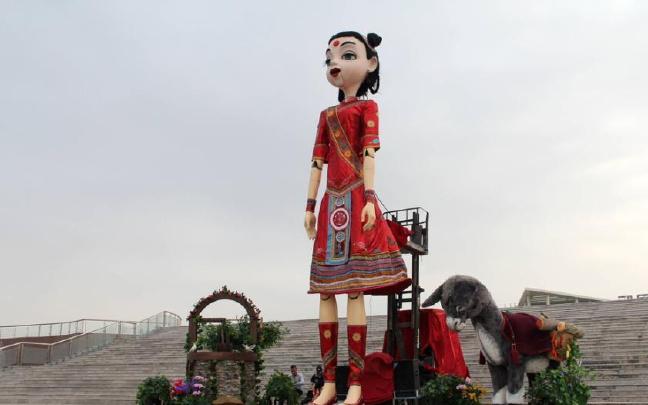 世界最高洋娃娃亮相山东
