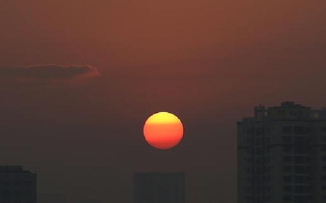 朝霞满天太阳缓缓升起 昆明迎绝美清晨