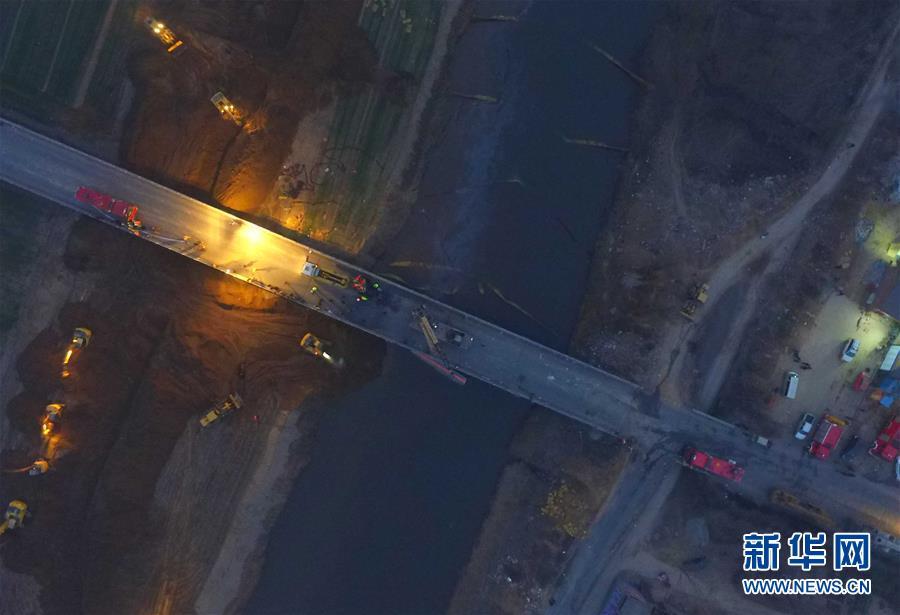 山西新绛:汾河桥上两车相撞致粗苯泄漏