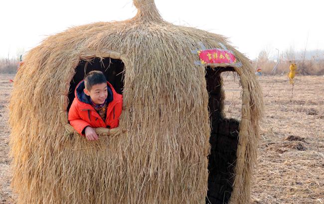 """安徽淮北:""""稻草人""""扮靓春节乡村游"""