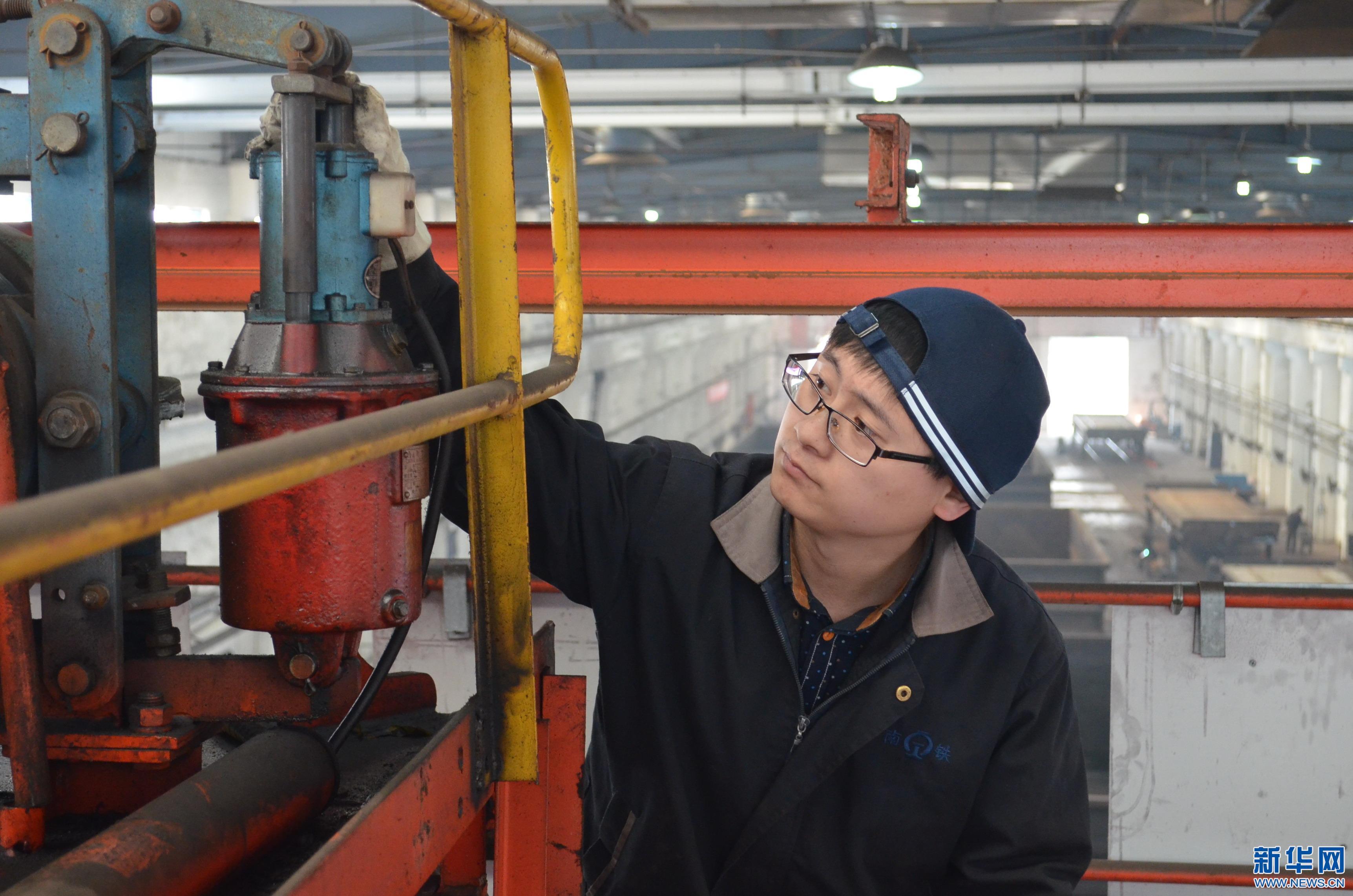 张彦龙检查天车大车刹车制动装置.