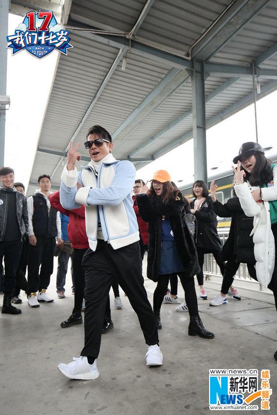 """《十七岁》郭富城火车站尬舞 """"滑仔""""获粉丝表白"""