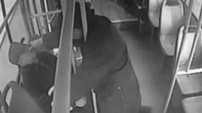 阜新:乘客车上突发病 公交司机急救助