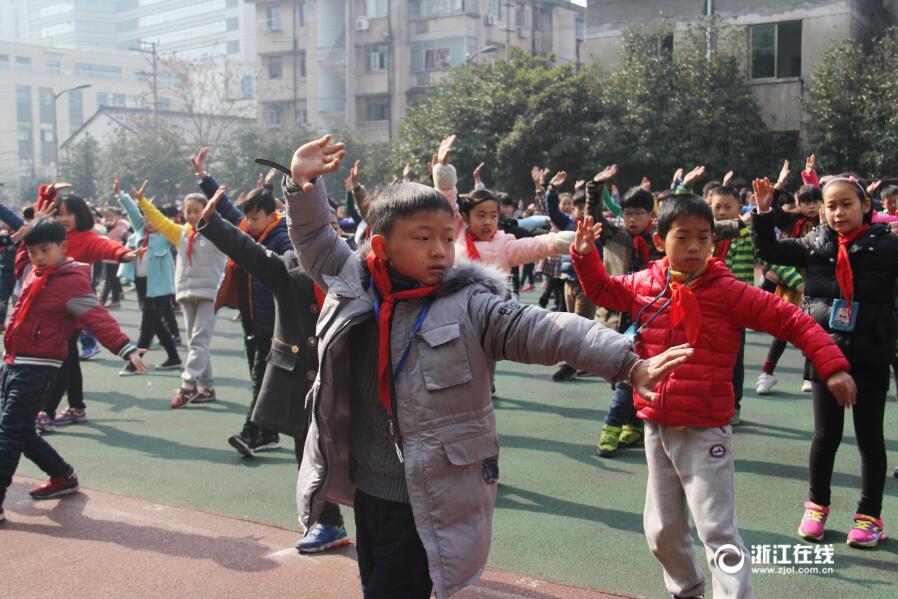 桐庐小学生课间练武术 一招一式有模有样