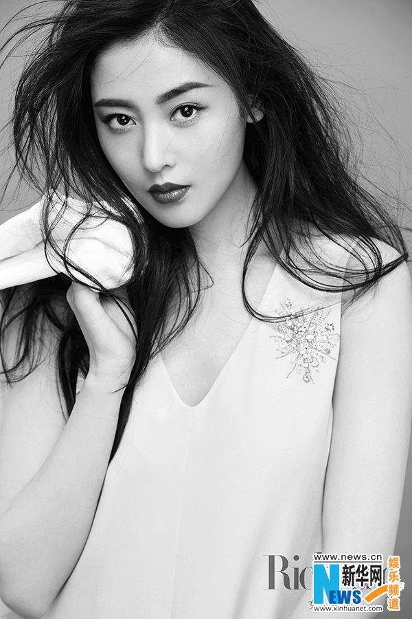 张天爱初春写真玩转光影 侧颜有型凸显独立女性之美