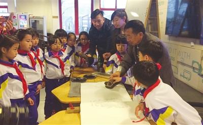 小学生体验传统技艺 让文化遗产活起来