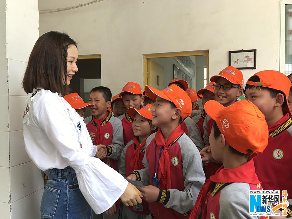 江一燕低调现身希望小学 陪孩子共度读书日