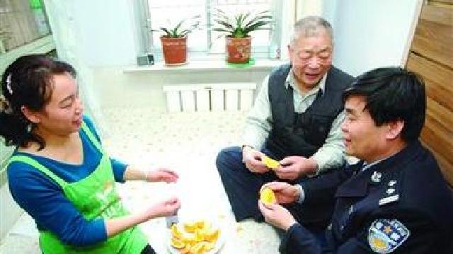 """鞍山:社区民警安明和妻子都爱管""""闲事"""""""