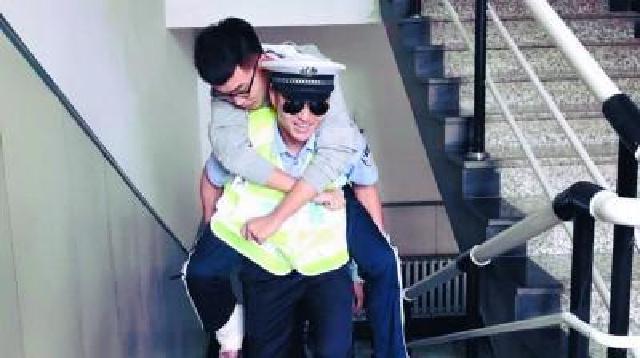 沈阳:考生脚踝骨折 民警变身人力梯背他到考场